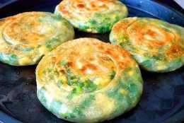 韭菜餡餅新做法,一拉一卷,薄皮大餡,一次4個不夠吃,真香!
